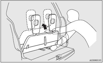 7. Lift up the whole of the third seat from the floor and fasten it to the front.